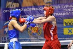 Orenburg, Rusia - 21 de enero de 2017 año: Los boxeadores de los muchachos compiten Fotos de archivo