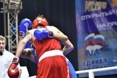 Orenburg, Rusia - 21 de enero de 2017 año: Los boxeadores de los muchachos compiten Imagenes de archivo