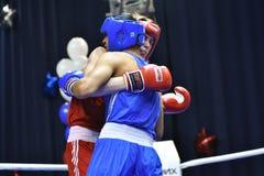 Orenburg, Rusia - 21 de enero de 2017 año: Los boxeadores de los muchachos compiten Foto de archivo libre de regalías