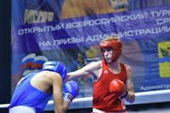 Orenburg, Rusia - 21 de enero de 2017 año: Los boxeadores de los muchachos compiten Fotografía de archivo libre de regalías