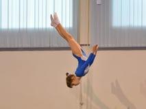 Orenburg, Rusia - 28 de enero de 2017: Las muchachas compiten en el salto en el trampolín Foto de archivo libre de regalías