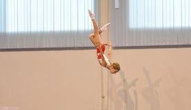 Orenburg, Rusia - 28 de enero de 2017: Las muchachas compiten en el salto en el trampolín Fotos de archivo libres de regalías