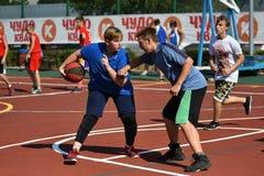 Orenburg, Rusia - 30 de julio de 2017 año: baloncesto de la calle del juego de los hombres Fotos de archivo