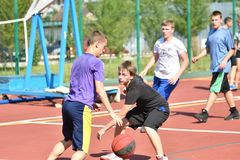 Orenburg, Rusia - 30 de julio de 2017 año: baloncesto de la calle del juego de los hombres Foto de archivo libre de regalías