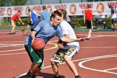 Orenburg, Rusia - 30 de julio de 2017 año: baloncesto de la calle del juego de los hombres Imagen de archivo libre de regalías