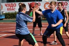 Orenburg, Rusia - 30 de julio de 2017 año: baloncesto de la calle del juego de los hombres Imágenes de archivo libres de regalías
