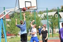 Orenburg, Rusia - 30 de julio de 2017 año: baloncesto de la calle del juego de los hombres Fotografía de archivo libre de regalías