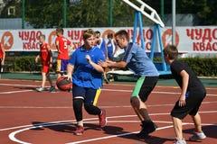 Orenburg, Rusia - 30 de julio de 2017 año: baloncesto de la calle del juego de los hombres Fotografía de archivo