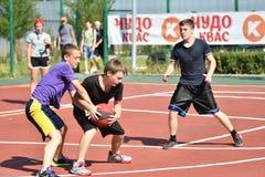 Orenburg, Rusia - 30 de julio de 2017 año: baloncesto de la calle del juego de los hombres Foto de archivo