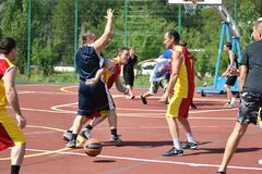 Orenburg, Rusia - 30 de julio de 2017 año: baloncesto de la calle del juego de los hombres Imagen de archivo