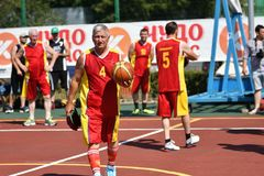Orenburg, Rusia - 30 de julio de 2017 año: baloncesto de la calle del juego de los hombres Imagenes de archivo
