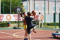 Orenburg, Rusia - 30 de julio de 2017 año: Baloncesto de la calle del juego de las muchachas y de los muchachos Fotografía de archivo libre de regalías