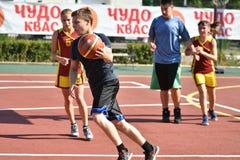 Orenburg, Rusia - 30 de julio de 2017 año: Baloncesto de la calle del juego de las muchachas y de los muchachos Foto de archivo libre de regalías