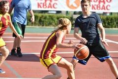Orenburg, Rusia - 30 de julio de 2017 año: Baloncesto de la calle del juego de las muchachas y de los muchachos Fotografía de archivo