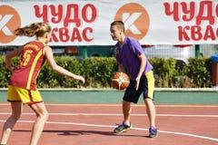 Orenburg, Rusia - 30 de julio de 2017 año: Baloncesto de la calle del juego de las muchachas y de los muchachos Fotos de archivo libres de regalías