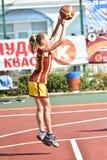 Orenburg, Rusia - 30 de julio de 2017 año: Baloncesto de la calle del juego de las muchachas y de los muchachos Fotos de archivo