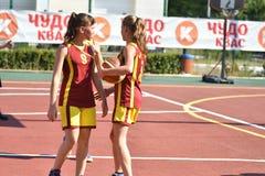 Orenburg, Rusia - 30 de julio de 2017 año: Baloncesto de la calle del juego de las muchachas y de los muchachos Imágenes de archivo libres de regalías
