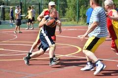 Orenburg, Rusia - 30 de julio de 2017 año: baloncesto de la calle del juego de los hombres Fotos de archivo libres de regalías