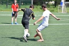Orenburg, Rusia - 28 de junio de 2017 año: el fútbol del juego de los muchachos Fotografía de archivo libre de regalías