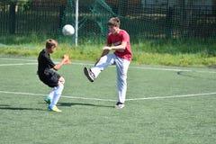 Orenburg, Rusia - 28 de junio de 2017 año: el fútbol del juego de los muchachos Imagenes de archivo