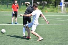 Orenburg, Rusia - 28 de junio de 2017 año: el fútbol del juego de los muchachos Fotos de archivo libres de regalías