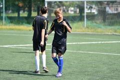 Orenburg, Rusia - 28 de junio de 2017 año: el fútbol del juego de los muchachos Fotografía de archivo