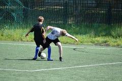 Orenburg, Rusia - 28 de junio de 2017 año: el fútbol del juego de los muchachos Imágenes de archivo libres de regalías