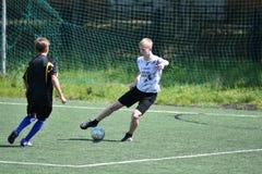 Orenburg, Rusia - 28 de junio de 2017 año: el fútbol del juego de los muchachos Imagen de archivo