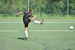 Orenburg, Rusia - 28 de junio de 2017 año: el fútbol del juego de los muchachos Foto de archivo libre de regalías