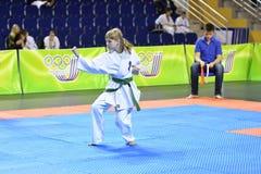 Orenburg, Rusia - 5 de marzo de 2017 año: Las muchachas compiten en karate Fotografía de archivo