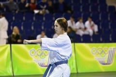 Orenburg, Rusia - 5 de marzo de 2017 año: Las muchachas compiten en karate Foto de archivo libre de regalías