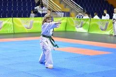 Orenburg, Rusia - 5 de marzo de 2017 año: Las muchachas compiten en karate Fotos de archivo libres de regalías