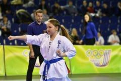 Orenburg, Rusia - 5 de marzo de 2017 año: Las muchachas compiten en karate Imagen de archivo libre de regalías