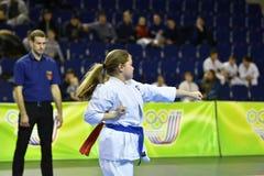 Orenburg, Rusia - 5 de marzo de 2017 año: Las muchachas compiten en karate Imagenes de archivo