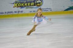 Orenburg, Rusia - 31 de marzo de 2018 año: Las muchachas compiten en patinaje artístico Foto de archivo