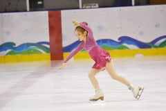 Orenburg, Rusia - 31 de marzo de 2018 año: Las muchachas compiten en patinaje artístico Fotografía de archivo