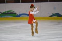 Orenburg, Rusia - 31 de marzo de 2018 año: Las muchachas compiten en patinaje artístico Foto de archivo libre de regalías