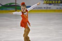 Orenburg, Rusia - 31 de marzo de 2018 año: Las muchachas compiten en patinaje artístico Fotos de archivo