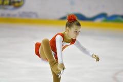 Orenburg, Rusia - 31 de marzo de 2018 año: Las muchachas compiten en patinaje artístico Imagenes de archivo