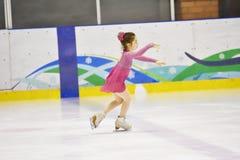 Orenburg, Rusia - 31 de marzo de 2018 año: Las muchachas compiten en patinaje artístico Fotos de archivo libres de regalías