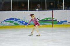 Orenburg, Rusia - 31 de marzo de 2018 año: Las muchachas compiten en patinaje artístico Fotografía de archivo libre de regalías