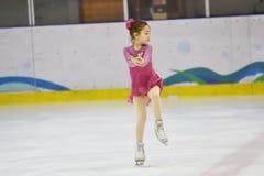 Orenburg, Rusia - 31 de marzo de 2018 año: Las muchachas compiten en patinaje artístico Imagen de archivo