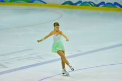 Orenburg, Rusia - 31 de marzo de 2018 año: Las muchachas compiten en patinaje artístico Imagen de archivo libre de regalías
