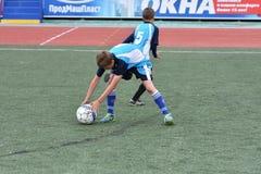 Orenburg, Rusia - 28 de mayo de 2017 año: El fútbol del juego de los muchachos Fotos de archivo