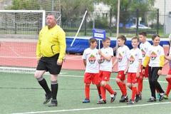 Orenburg, Rusia - 28 de mayo de 2017 año: El fútbol del juego de los muchachos Imagen de archivo