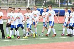 Orenburg, Rusia - 28 de mayo de 2017 año: El fútbol del juego de los muchachos Imagen de archivo libre de regalías