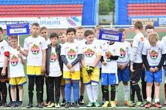 Orenburg, Rusia - 28 de mayo de 2017 año: El fútbol del juego de los muchachos Foto de archivo