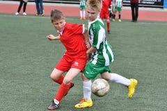 Orenburg, Rusia - 28 de mayo de 2017 año: El fútbol del juego de los muchachos Fotos de archivo libres de regalías