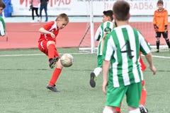 Orenburg, Rusia - 28 de mayo de 2017 año: El fútbol del juego de los muchachos Imagenes de archivo