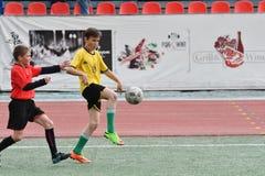 Orenburg, Rusia - 28 de mayo de 2017 año: El fútbol del juego de los muchachos Fotografía de archivo